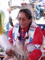 Lakota schlägt die Trommel